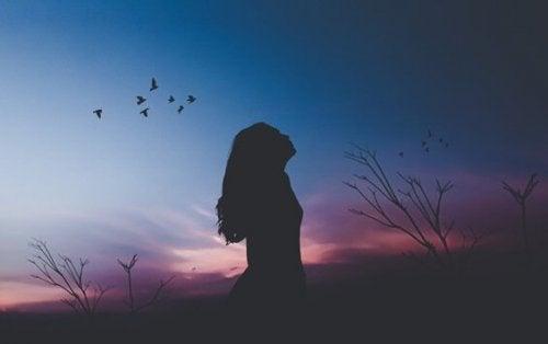 Donna al tramonto mentre impara ad apprezzare sé stessa