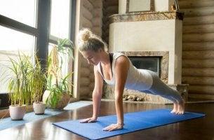 Donna che sa come praticare lo yoga a casa