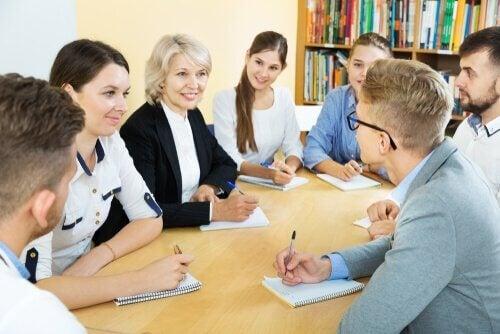 Insegnante e studenti educazione e idee politiche