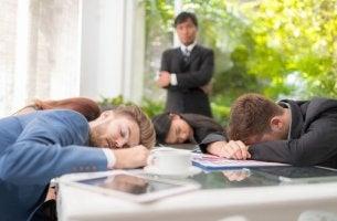 Gruppo di lavoro con pigrizia sociale