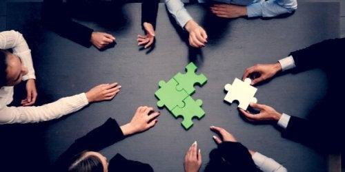 Gruppo di persone che fanno un puzzle