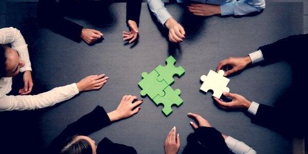 Gruppo che fa un puzzle
