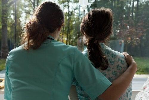 Infermiera abbraccia una paziente