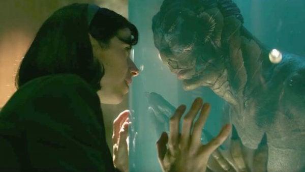 Eliza e il mostro che si guardano ne La forma dell'acqua