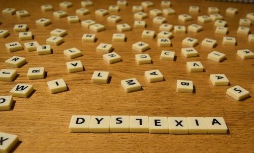 Lettere sparse, simbolo della dislessia