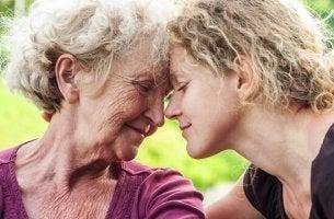 Madre e figlia aiutare una persona anziana