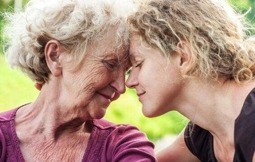 Aiutare una persona anziana triste
