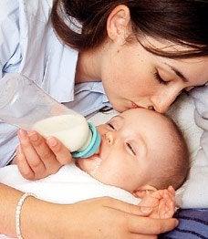Una mamma con il biberon non allattare