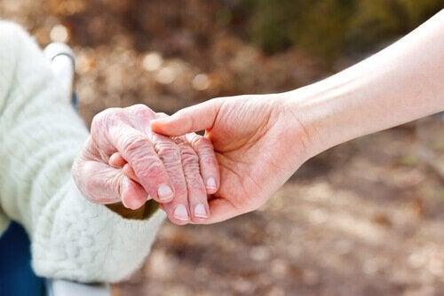 Le persone con Alzheimer mani