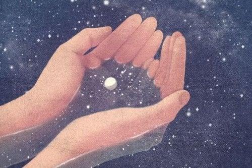 Mani che tengono l'universo