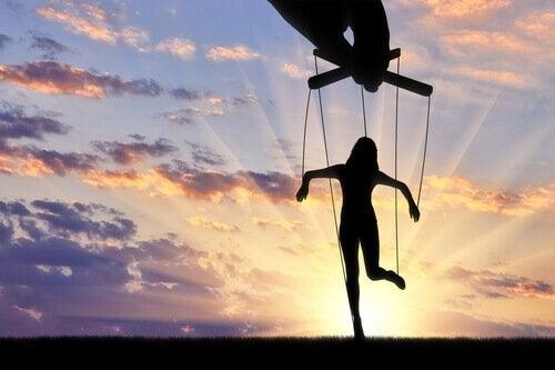 Tecniche di manipolazione: farsi amare o odiare?