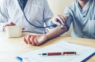 Misurazione della pressione ipertensione da camice bianco