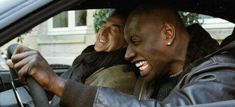 I protagonisti del film Quasi Amici in una scena in macchina