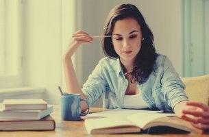 Ragazza che studia leggere ad alta voce o in silenzio