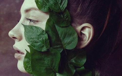 Ragazza con delle foglie sul viso