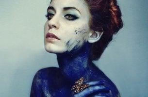 Ragazza con il corpo dipinto di blu illusione di trasparenza