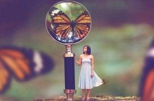 Donne in miniatura e farfalla la vita è bella