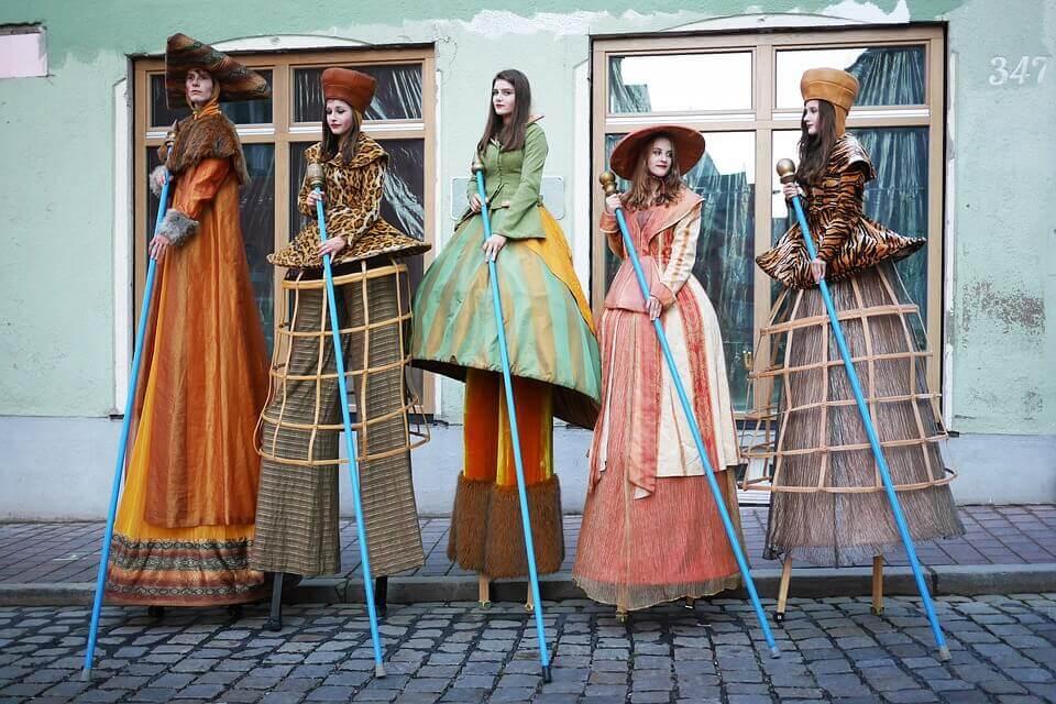 Ragazze in costume sui trampoli