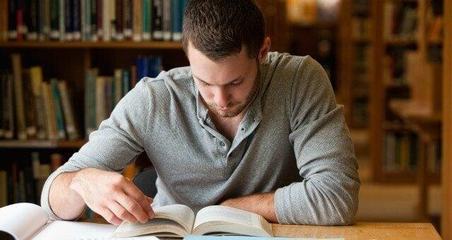 Ragazzo che legge
