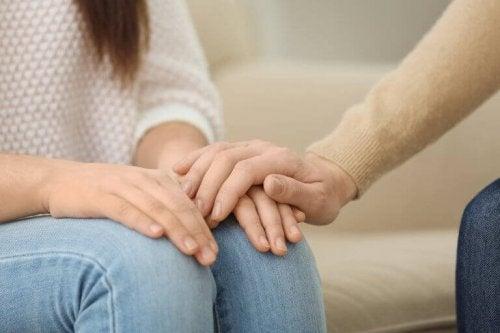 Persona che dà la mano a un'altra, simbolo di supporto emotivo per dare benessere