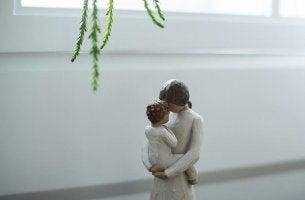 Statua di legno di una madre con il suo bambino infanzia tranquilla