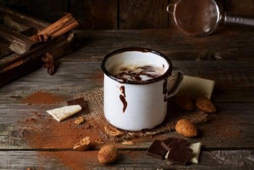 Tazza di cioccolata calda per liberarsi dalle preoccupazioni