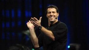 Tony Robbins applaude