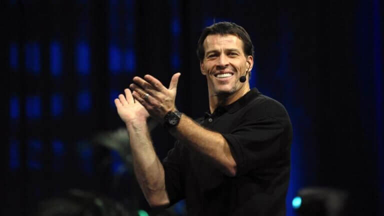 Tony Robbins applaude