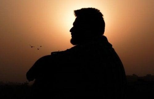 Uomo al tramonto mentre impara ad apprezzare sé stesso