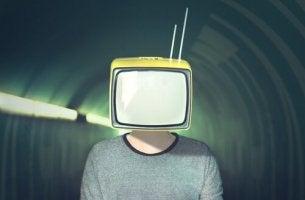 Uomo con televisione sulla testa strategie di manipolazione