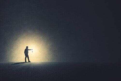 Uomo con torcia nell'oscurità