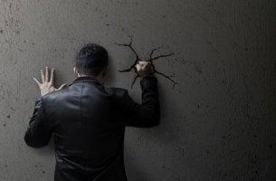 Uomo pugno al muro moralità sociale