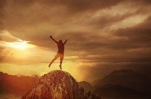 Uomo che salta da una montagna dipendenza da adrenalina
