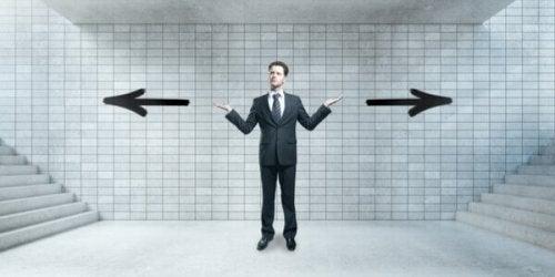 Uomo che deve fare una scelta e usa la defenzione cognitiva per far fronte ai pensieri indesiderati
