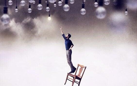 Uomo vuole raggiungere le lampadine sul soffitto