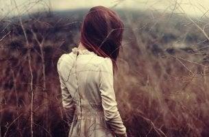 Bambina di spalle la timidezza