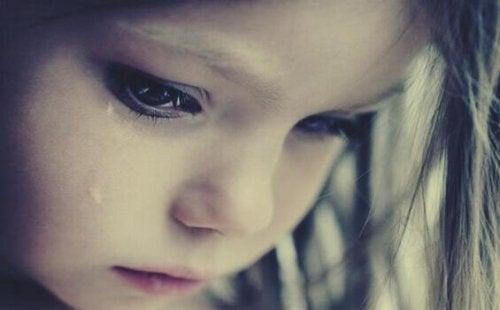 Bambina con una lacrima