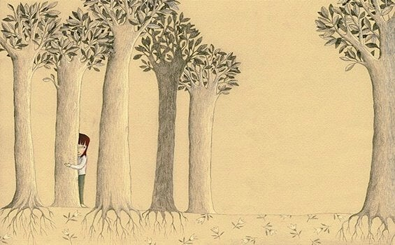Bambina che si nasconde dietro gli alberi