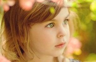 Bambina con occhi verdi
