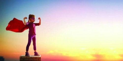 Bambina vestita da supereroe, rappresentando chi realizza i propri propositi