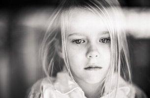Bambina triste che rappresenta il dolore cronico infantile