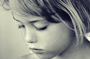Bambina triste infanzia rubata