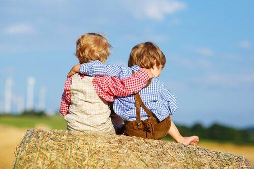 Bambini che si abbracciano