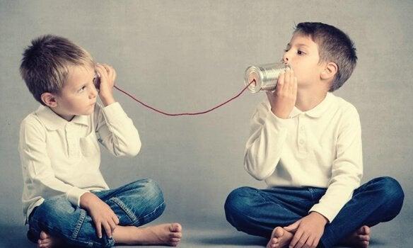 Bambini con bicchieri comunicare meglio