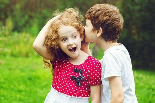 Bambino che parla a una bambina
