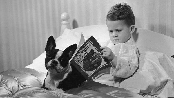 Bambino che legge a letto