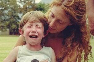 Bambino che piange tecniche per calmare i bambini