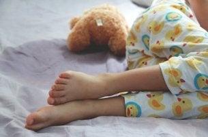 Bambino con enuresi che dorme
