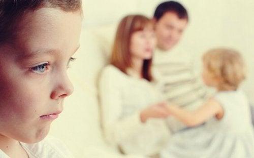 Genitori che giocano con il figlio preferito ed escludono il fratello