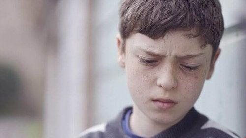 Bambino con espressione triste